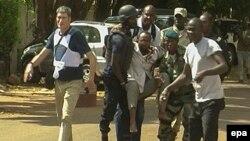 Із захопленого готелю під час спецоперації виносять пораненого, Бамако, 20 листопада 2015 року