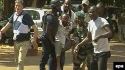 На месте спецоперации в столице Мали. Бамако, 20 ноября 2015 года.