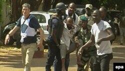 В центре — мужчина, раненный при нападении на отель Radisson Blu в Бамако, 20 ноября 2015 года.