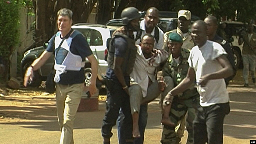 Раненый в результате нападения экстремистов на гостиницу в Бамако (архивное фото)
