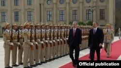 Почетный караул возле президентского дворца в Баку во время встречи президентов Ильхама Алиева и Реджепа Эрдогана. Азербайджан, 3.09.2014.