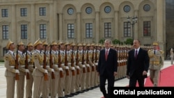 Azerbaijan - Presidents Ilham Aliyev and Recep Tayyip Erdogan inspect a guard of honor outside the presidential palace in Baku, 3Sep2014.