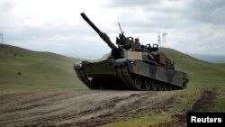 """Америкалык """"Абрамс"""" танкы машыгуу учурунда."""