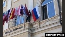 Онисе Гергедава срывает с главного здания Тбилисской консерватории государственный флаг России