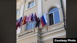 Тбилисехь жигархочо охьаяьккхина консерваторин гIишлон тIеоьллина Оьрсийчоьнан байракх.