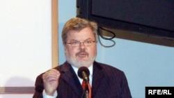 Birləşmiş Ştatların Yayım Şurasının rəhbəri Kennet Tomlinson