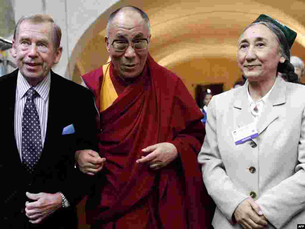 Former Czech President Havel, Tibetan spiritual leader the Dalai Lama (center), and Rebiya Kadeer, head of the World Uyghur Congress, at the Peace, Democracy, and Human Rights in Asia conference in Prague in September 2009.