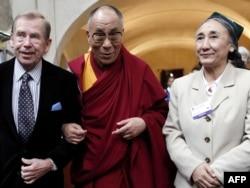 Вацлав Гавел Далай Лама жана Рабия Кадыр (Дүйнөлүк Уйгур Курултайы) менен, Прага, 2009-ж.