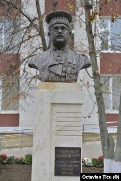 Bustul lui V. Erbiceanu în fața Curții de Apel Chișinău (Sursă: Arhiva personală)
