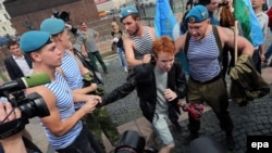 ЛГБТ-активист в окружении десантников