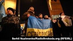 Севастопольцы с флагом Украины на Майдане в «День крымского сопротивления»
