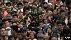 Besimtarët e mbledhur në meshën e Papës në Manilë