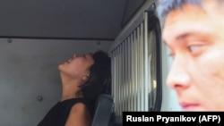 Задержанная на месте протестов женщина плачет в автозаке. Алматы, 21 сентября 2019 года.