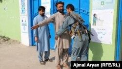 Поліцейський обшукує виборця, перш ніж пропустити його до виборчої дільниці. Вибори в Афганістані, провінція Кундуз, 28 вересня 2019 року