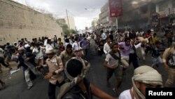 Демонстранти проти влади угруповання Хуті, яке захопило днями місто Таїз у Ємені, втікають від бойовиків, фото 23 березня 2015 року