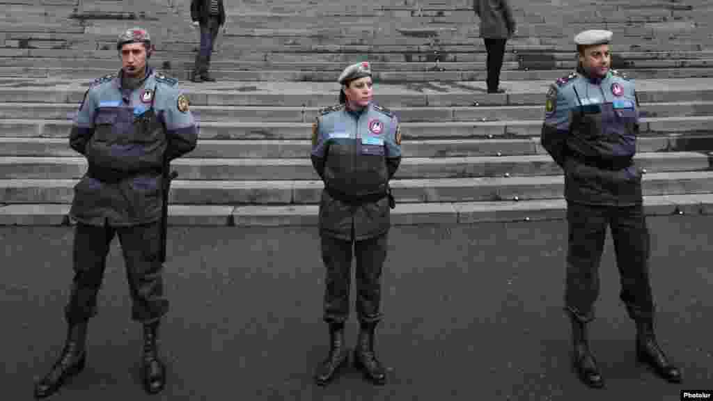 Армения - Полиция оцепила центральный вход в Ереванский государственный университет, во время акции протеста оппозиционно настроенных студентов против официальных итогов президентских выборов 18 февраля, Ереван, 9 апреля 2013 г.