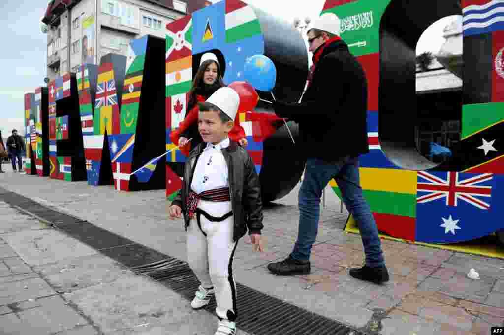 Albanezii din Kosovo celebrează cini ani de la proclamarea independenţei