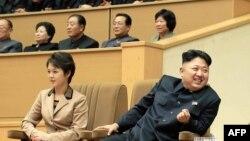 Лидер Северной Кореи Ким Чен Ын (справа). Пхеньян, 8 января 2013 года.