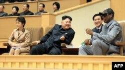 Түндүк Корея лидери Ким Чен Ындын баскетбол матчындагы баарлашуусу.