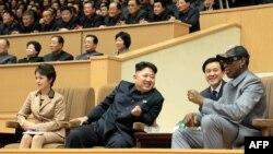 Кім Джон Ин із дружиною і Денніс Родман під час показового баскетбольного матчу, Пхеньян, 8 січня 2014 року