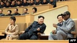 Հյուսիսային Կորեայի առաջնորդ Կիմ Ջոնգ-Ունը, նրա կինը և բասկետբոլի ամերիկացի նախկին աստղ Դենիս Ռոդմանը հետևում են բասկետբոլի խաղի, հունվար, 2014թ․