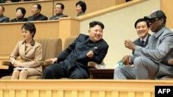Солтүстік Корея лидері Ким Чен Ын (ортада). Пхеньян, 8 қаңтар 2013 жыл.