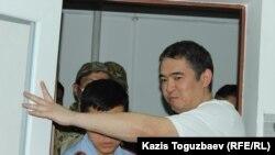 Прибытие подсудимого Искандера Еримбетова под конвоем в зал судебного заседания. Алматы, 14 июня 2018 года.