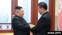 Demirgazyk Koreýanyň lideri Kim Jong Un (çepde) we Hytaýyň prezidenti Şi Jinping. Pekin. 8-nji ýanwar, 2019 ý.