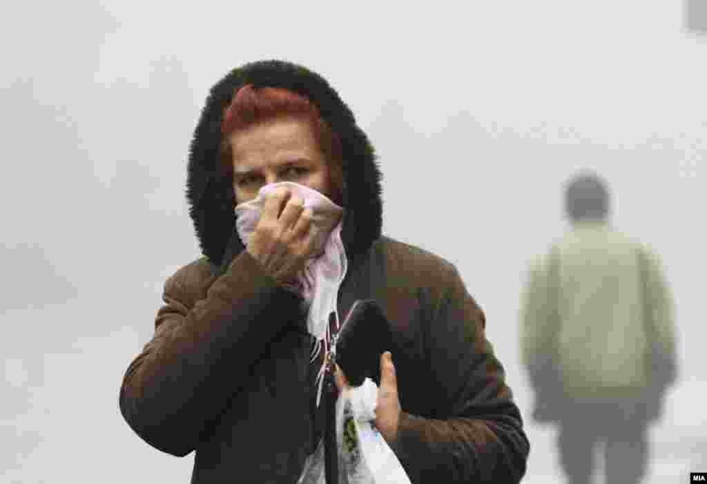 МАКЕДОНИЈА - Од Министерството за животна средина велат дека бесплатниот јавен превози ослободувањето од работни обврски на бремените жени, лицата постари од 60 години, и болните како и другите итни мерки што владата ги усвои пред повеќе од еден месец стапуваат пак во сила, откако мерните станици во Скопје неколку дена по ред покажаа енормно аерозагадување.