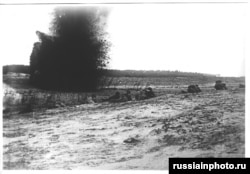 1918 жылы Қызыл Армия Қазан қаласына шабуылдап жатқанда коммунистер әскерінің қасында артиллерия снаряды жарылды.