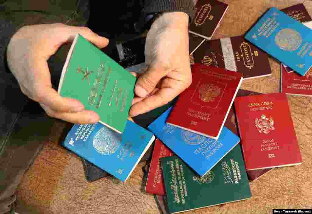 Курдский чиновник показывает паспорта людей, подозреваемых в принадлежности к «Исламскому государству» и захваченных курдами в Римелане (Сирия). Среди документов— два казахстанских паспорта.