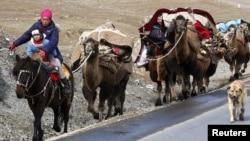 Көшіп бара жатқан қазақ отбасы. Қытай, Шыңжаң өлкесі, 23 қыркүйек 2010 жыл. (Көрнекі сурет)