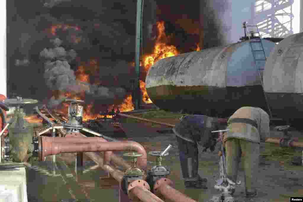 Пожежники вмивають обличчя, перебуваючи неподалік від епіцентрузагоряння