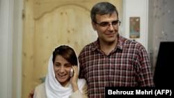 Ирандық құқық қорғаушы Насрин Сотоудех (сол жақта) ері Реза Ханданның жанында телефонмен сөйлесіп тұр. Тегеран, 18 қыркүйек 2013 жыл.