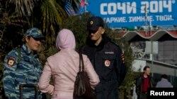 Сочиде қоғамдық тәртіпті бақылап жүрген полицейлер. Сочи, Ресей, 30 желтоқсан 2013 жыл.