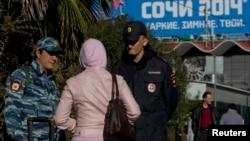 Полиция проверяет документы у гражданки на улице. Сочи, 30 декабря 2013 года.