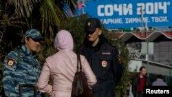 Полиция азаматтың құжатын тексеріп тұр. Сочи, 30 желтоқсан 2013 жыл.