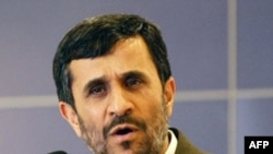افزايش شديد تورم و گرانی، بيکاری، نقدينگی، ورشکستگی واحدهای صنعتی و ساير مشکلات اقتصادی موجب بروز انتقادهای گسترده ای، حتی از سوی برخی از هواداران محمود احمدی نژاد شده است.(عکس:AFP)