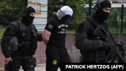 Полиция уводит арестованного в Страсбурге, 13 мая 2018 года