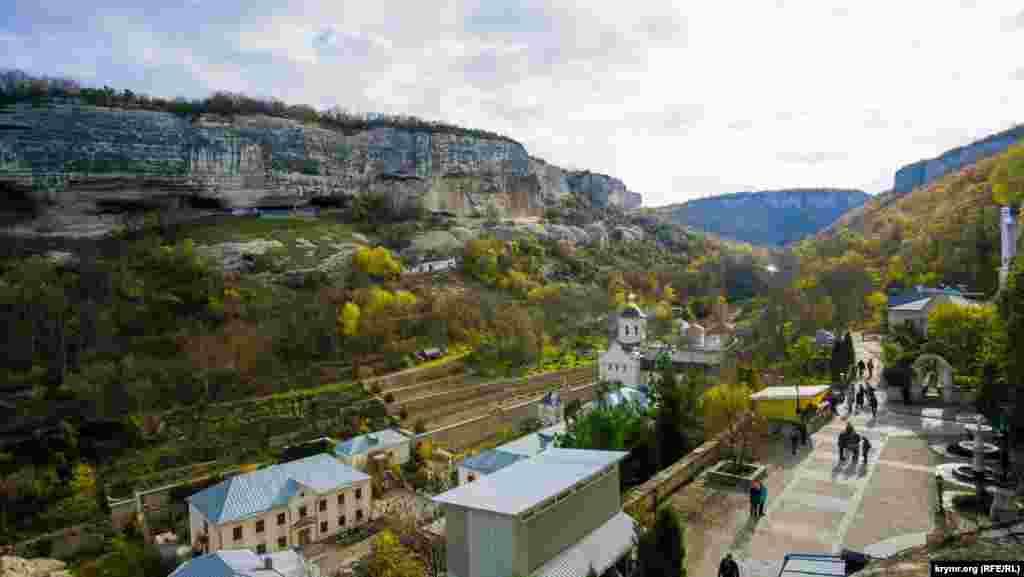 Тільки за останні роки в обителі відновлені чотири з п'яти монастирських храмів, а ще келійні корпуси, будинок настоятеля, частково завершено будівництво ще двох церков. Не випадково тепер щільно забудоване в долині місце називають не інакше як «кримський Афон»
