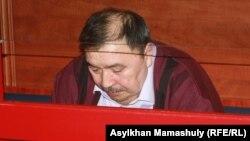 Ержан Утембаев, бывший руководитель аппарата сената парламента, на скамье подсудимых. Каскелен, 22 января 2014 года.