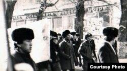 Жастар ұран жазылған плакаттар көтеріп, орталық алаңға келе жатыр. Алматы, желтоқсан, 1986 жыл.