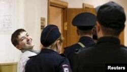 Надежда Савченконы сот залынан әкетіп барады. Мәскеу, 6 мамыр 2015 жыл.