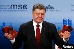 Петр Порошенко на 51-й Мюнхенской конференции демонстрирует паспорта попавших в плен в Донбассе российских военных. 7 февраля 2015 года