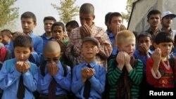 Незрячие учащиеся совершают молитву перед занятиями. 2 сентября 2012 года.