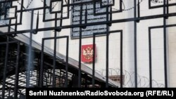 Часть здания посольства России в Украине.