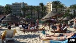 Туристы на пляже отеля в городе Сусc, Тунис. Иллюстративное фото.