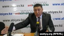 Журналист Тоқберген Әбиев баспасөз мәслихатын өткізіп отыр. Астана, 4 қаңтар 2012 жыл.