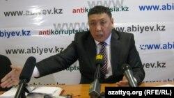 Тоқберген Әбиев баспасөз конференциясын өткізіп отыр. Астана, 4 қаңтар 2012 жыл.