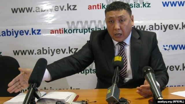 Журналист Токберген Абиев на пресс-конференции в Астане. 4 января 2013 года.